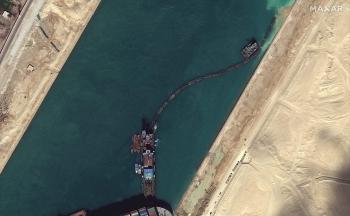 Tàu Ever Gien kẹt ở kênh đào Suez đã nhúc nhích
