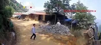 Video: Hoảng sợ khoảnh khắc xe ben trôi ngược xuống vực