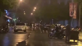 Video: Nhóm thanh niên gây gổ giữa đêm sau va chạm giao thông