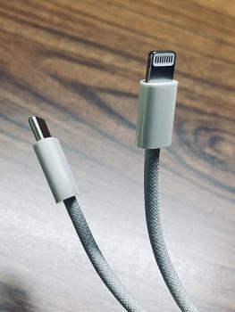 Cáp sạc của iPhone 12 sẽ khó dứt hơn?