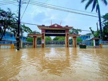 Nhiều địa phương miền Trung cho học sinh nghỉ học vì mưa, ngập