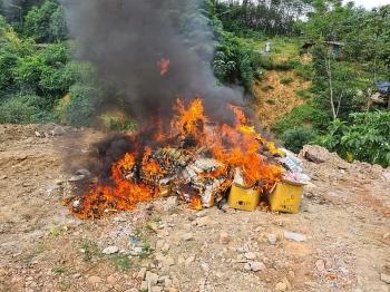 Tiêu huỷ gần 3 tấn thực phẩm và hàng nghìn sản phẩm mỹ phẩm, tinh dầu thuốc lá điện tử nhập lậu