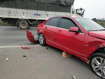 Hai chiếc Mercedes vỡ nát sau khi va chạm trên cao tốc Hà Nội - Bắc Giang
