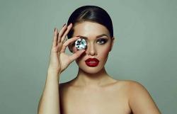 Làm gì để phân biệt kim cương thật và giả?