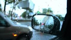Những kinh nghiệm lái xe ô tô khi trời mưa cần nắm vững