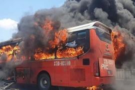 Thanh Hóa: Xe khách giường nằm bốc cháy ngùn ngụt trên đường