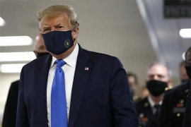 Tổng thống Donald Trump lần đầu đeo khẩu trang công khai