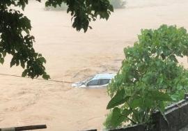 Hà Giang chìm trong biển nước, 3 người thương vong, hàng loạt xe hơi trôi dạt