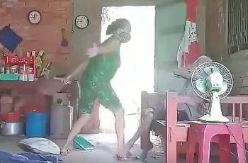Khởi tố, tạm giam người phụ nữ đánh đập, đổ rác lên người mẹ già