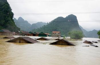 Miền Trung mưa triền miên không ngớt, hàng trăm ngôi nhà ngập sát nóc