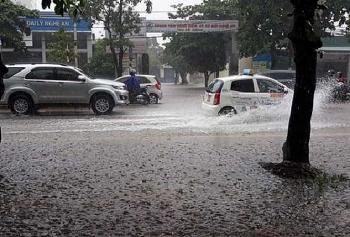 Thời tiết 14/11: Trung Bộ oằn mình chống bão, mưa lớn bao phủ