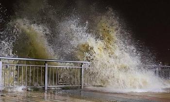 Diễn biến mới nhất bão số 13: Bão đang ở trên vùng biển Quảng Bình đến Thừa Thiên Huế, gió giật cấp 12