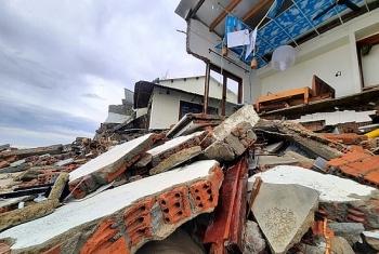 Dọc bờ biển Hội An tan tác sau bão số 13