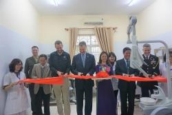 Đại sứ Mỹ tặng thiết bị nha khoa cho làng Hữu Nghị
