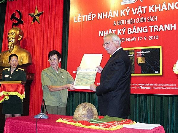 van dong suu tam ung ho ky vat thoi chien long tri an khat vong hoa binh va tinh than huu nghi