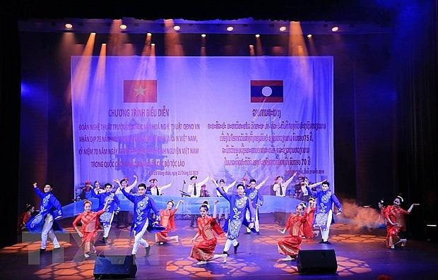 40 nghe si tham gia chuong trinh tinh huu nghi viet lao
