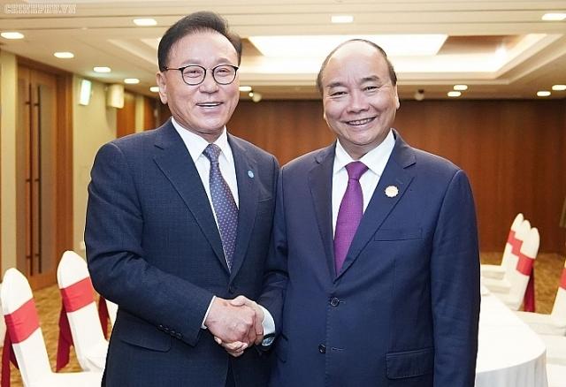 thu tuong nguyen xuan phuc gap tong lanh su danh du viet nam tai busan kyeongnam