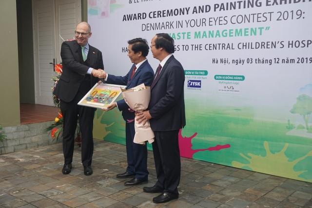 hon 400 buc tranh cua cuoc thi dan mach trong mat em 2019 duoc trao tang cho benh vien nhi trung uong