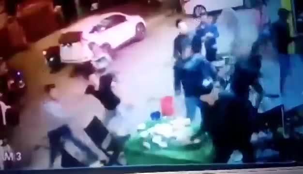 Video: 20 côn đồ lao vào chém tới tấp nhóm người đang ngồi nhậu ở Huế