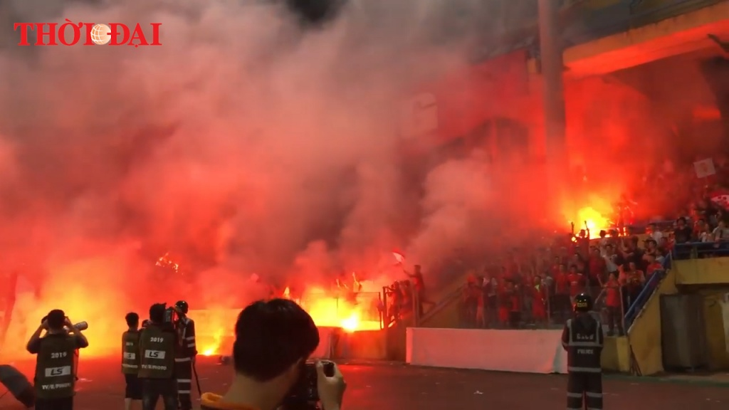 Video: Toàn cảnh vụ CĐV Hải Phòng đốt pháo sáng náo loạn sân Hàng Đẫy
