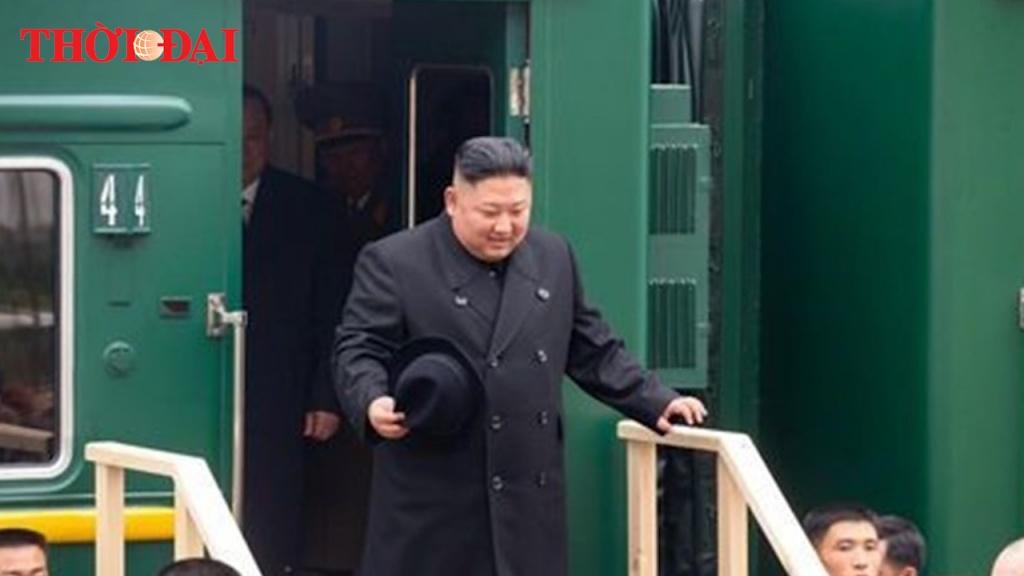 Video: Ông Kim Jong-un nếm bánh mì khi đến Nga
