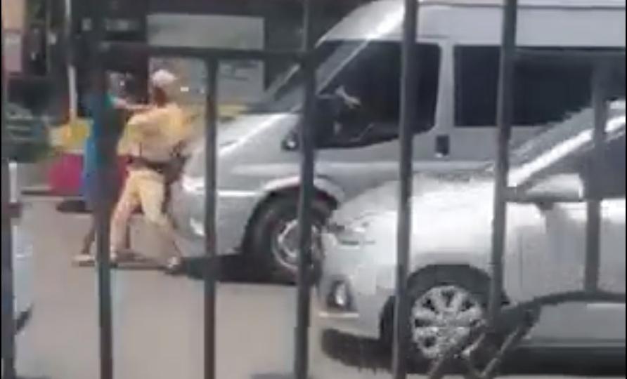 Video: Phụ xe lừa CSGT để ô tô vi phạm bỏ chạy giữa phố Hà Nội